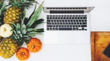 Obst und Laptop