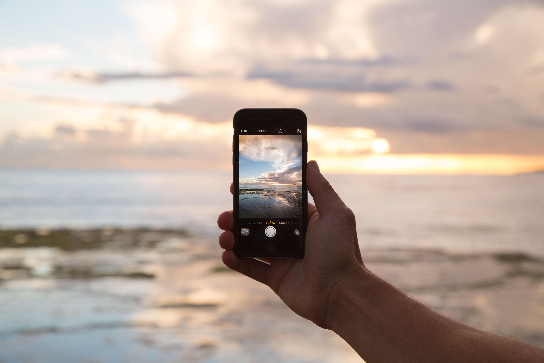 Handy in Hand bei Sonnenuntergang