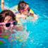 Zwei Kinder schwimmen
