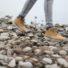 Schuhe auf Steinen