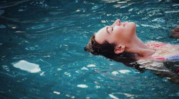 Frau im Schwimmbad