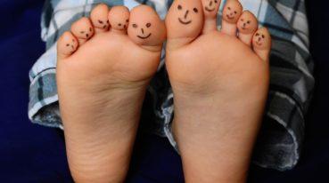 mit Smileys bemahlte Zehen