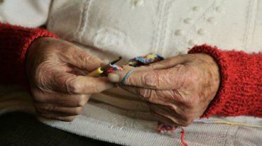 ältere Hände beim Stricken