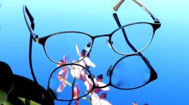 Brille auf blauem Hintergrund