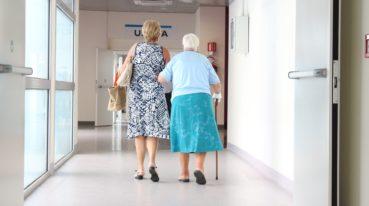 Zwei Frauen auf dem Krankenhausgang